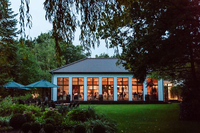 Eine romantische Hochzeit beim Regen im Landhaus am See in
